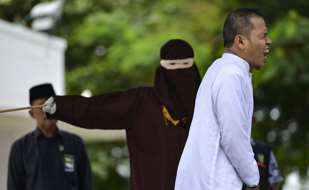 מלקות באינדונזיה (צילום: CHAIDEER MAHYUDDIN/AFP, GettyImages)