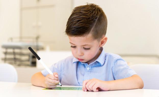 ילד כותב מכתב (צילום: Dobo Kristian, Shutterstock)