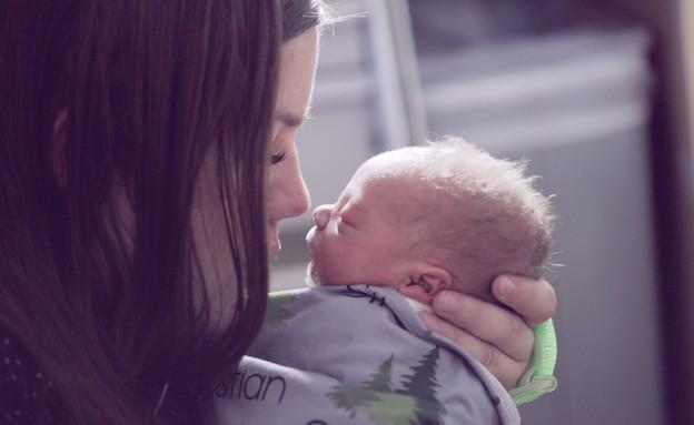 אמא מנשקת תינוק (אילוסטרציה: sharon mccutcheon, unsplash)