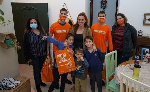 משפחת אביגל ואילנה לוי מזכירת אגף תפעול ואיכות הסביבה, מועצת גדרה (צילום: אורן טסלר)