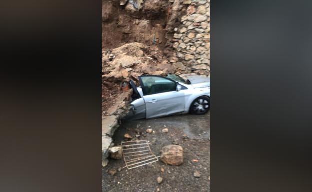 קיר קרס על רכב בכפר מנדא