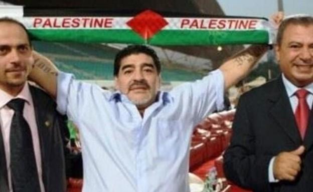 דייגו מרדונה מניף צעיף עם דגל הרשות הפלסטינית