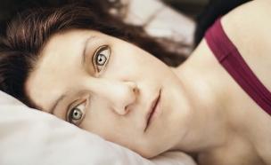 אישה שוכבת במיטה (אילוסטרציה: Jen Theodore, unsplash)
