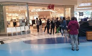 תורים מחוץ ל-H&M בקניון איילון