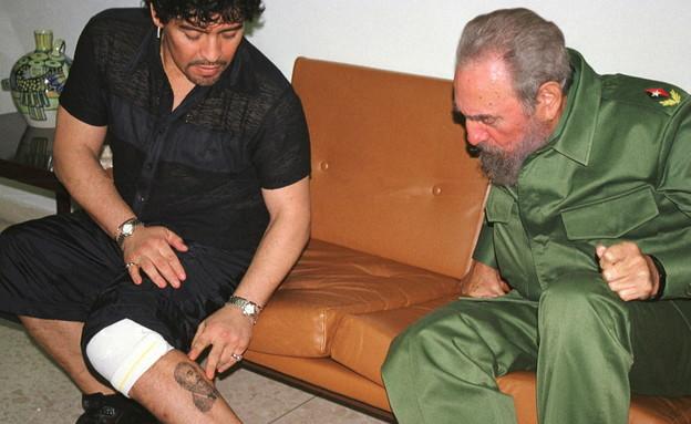 מראדונה מציג לפידל קאסטרו את הקעקוע על רגלו (צילום: רויטרס)