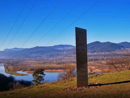 אחרי יוטה: מונולית מסתורי התגלה ברומניה