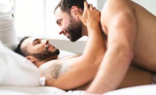 הומואים שוכבים (צילום: Lopolo, Shutterstock)