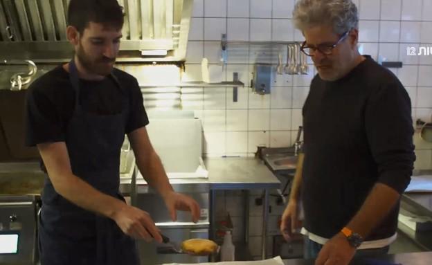 ההפתעה החדשה של אייל שני: המבורגר בחלה (צילום: החדשות 12)