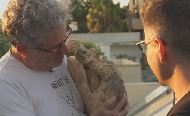 אייל שני והצבה רונה  (צילום: החדשות 12)