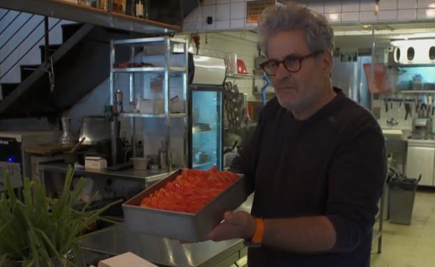 """""""מתגלות צורות שאתה לא מאמין"""". אייל שני והעגבניות (צילום: החדשות 12)"""