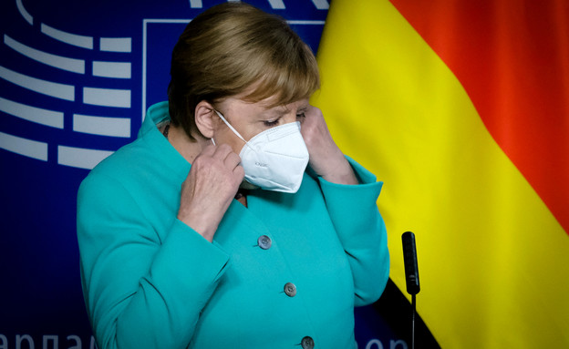 אנגלה מרקל עוטה מסכה (צילום: Alexandros Michailidis / Shutterstock.com)