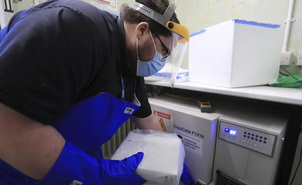 החיסון של פייזר נחת בבריטניה (צילום: AP)