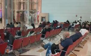 """ישראלים מעוכבים בשדה התעופה בדובאי (צילום: מתוך """"חדשות הבוקר"""" , קשת 12)"""