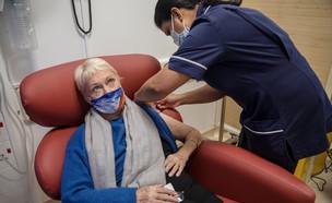 """קאי גאלאווי בת ה-84 מקבלת את מנת החיסון הראשונה בביה""""ח בלונדון  (צילום: רויטרס)"""