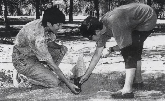 """הקמת ״יער הגאווה״ ב1979 (צילום: האגודה למען הלהט""""ב)"""