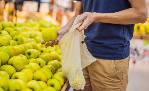 קונה ירקות עם שקית בד (צילום: Elizaveta Galitckaia, shutterstock)