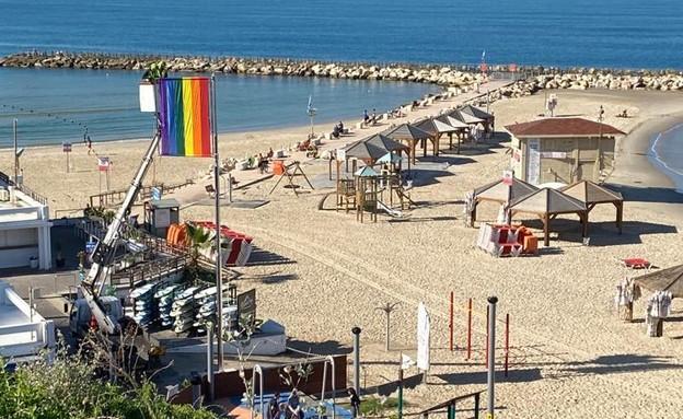 דגל הגאווה בחוף הילטון בתל אביב (צילום: שרי בורשטיין)