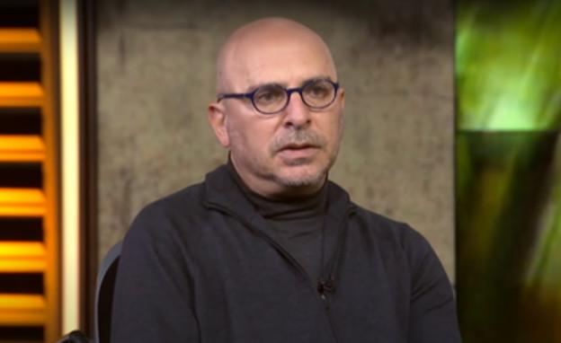 """רוני פינקוביץ', מתוך """"סוכן תרבות"""" (צילום: צילום מסך מתוך יוטיוב, כאן 11 - תאגיד השידור הישראלי)"""
