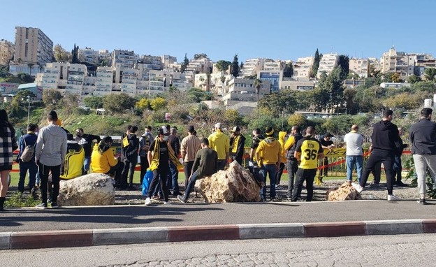"""אוהדי בית""""ר ירושלים מחוץ למתחם האימונים של הקבוצה"""
