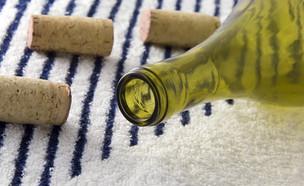 בקבוק יין ריק על מגבת (צילום: Shutterstock)