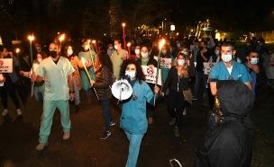 הפגנת המתמחים מול בית יולי אדלשטיין  (צילום: אלעד גוטמן)