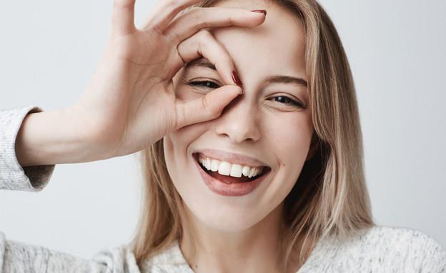 אישה מחייכת (צילום: Cookie Studio, shutterstock)