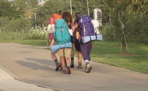 """במקום טיולים בחו""""ל הולכים על שביל ישראל (צילום: חדשות 12)"""