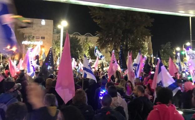 מפגינים בגשר המיתרים  (צילום: קומי ישראל)