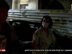 רינה מצליח מלווה את פרופ' עידית מטות לחיסון (צילום: חדשות)