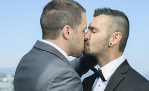 גברים מתנשקים (צילום: Lopolo, Shutterstock)