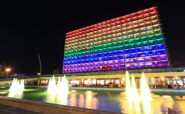 עיריית תל אביב מוארת בדגל הגאווה  (צילום: Mordechai Meiri, Shutterstock)