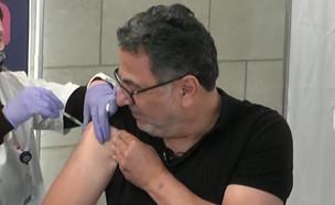 """חיים כהן מתחסן בשידור חי (צילום: מתוך """"חדשות הבוקר"""" , קשת 12)"""