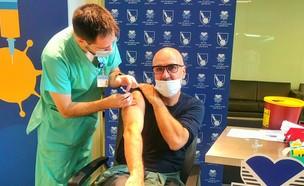 גל אוחובסקי מקבל חיסון לקורונה