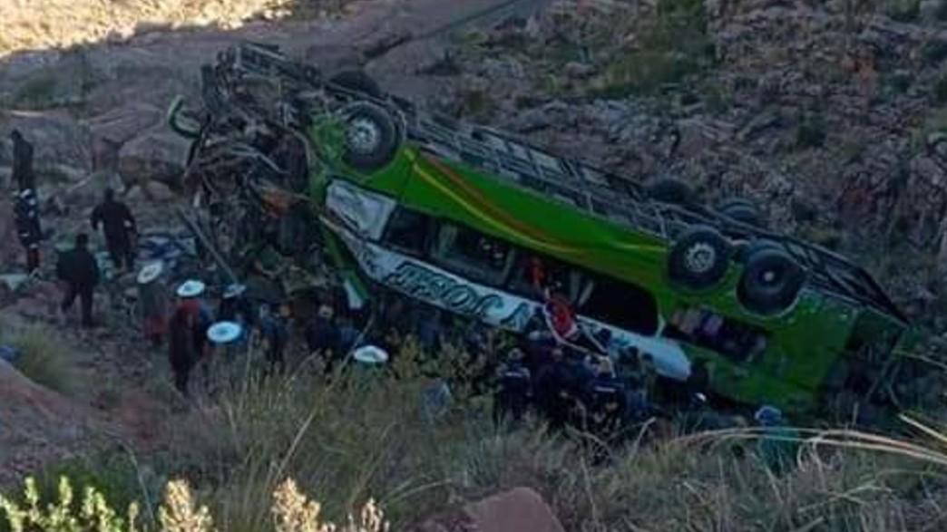 אוטובוס נפל לצוק והתהפך בבוליביה (צילום: Go Comunication Bolivia, twitter)