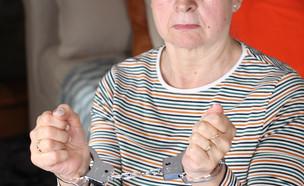 אישה זקנה באזיקים (צילום: AJR_photo | shutterstock)