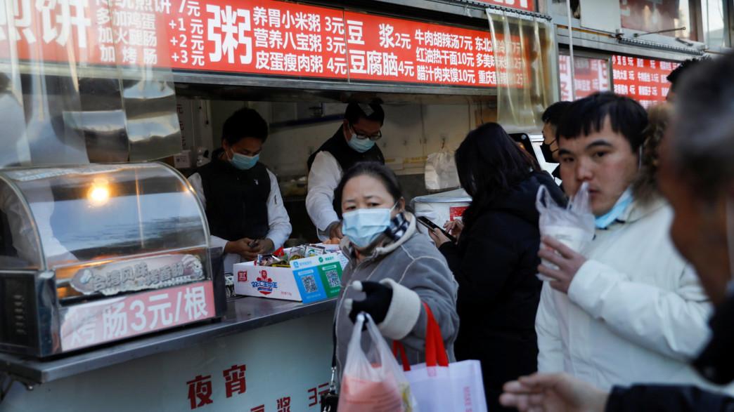 אזרחי סין בתור למסעדה בתקופת הקורונה (צילום: רויטרס)