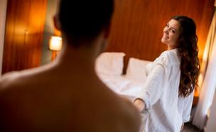 אישה צעירה מובילה גבר למיטה (אילוסטרציה: Goran Bogicevic, shutterstock)