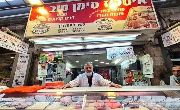 אלי סימן טוב בעל קצבייה בשוק מחנה יהודה (צילום: N12)