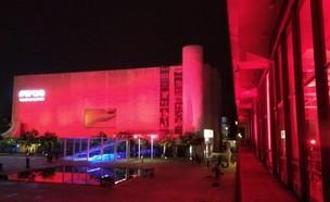 התיאטרון הלאומי הבימה מואר באדום (צילום: צור רונן)