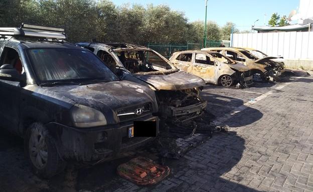 מכוניות שרופות בשכונת גני אביב בעיר לוד (צילום: אריק דל, צילום פרטי)