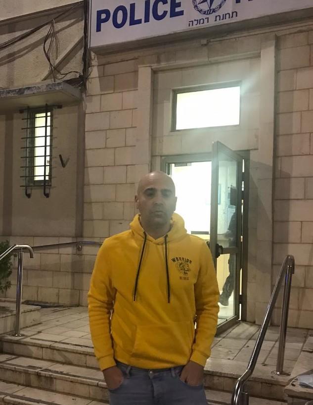 עוזי אזולאי מחוץ לתחנת המשטרה לאחר הגשת התלונה