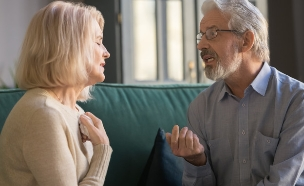 זוג מבוגרים מדברים (צילום: fizkes, Shutterstock)