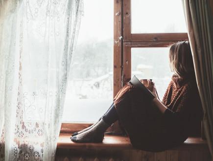בחורה יושבת על החלון  (צילום: shutterstock)
