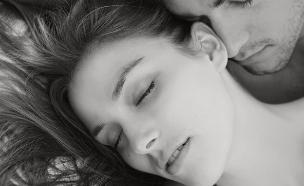 זוג במיטה (צילום: MJTH, Shutterstock)