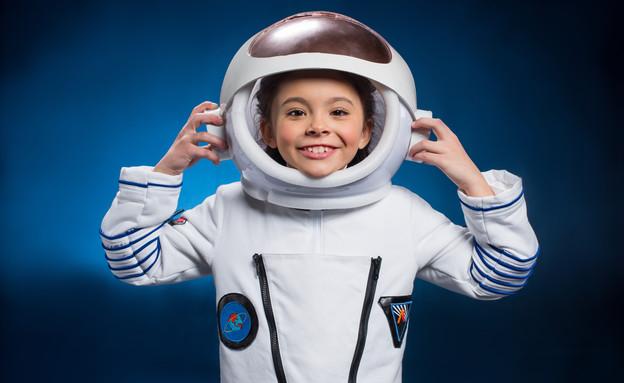 ילדה לובשת חליפת חלל ומחייכת (אילוסטרציה: shutterstock)