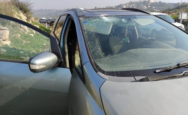 נהגת נפצעה בינוני בראשה מפגיעת אבן סמוך לנווה צוף (צילום: TPS)