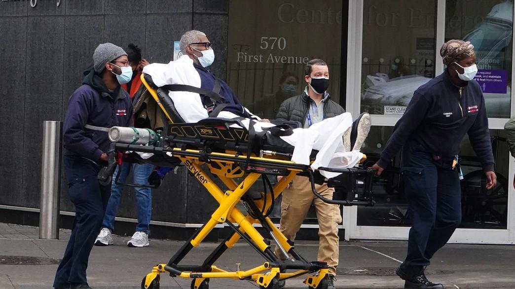 צוותים רפואיים בניו יורק מובילים חולה קורונה (צילום: רויטרס)
