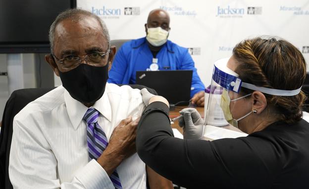 אזרח ארצות הברית מקבל חיסון נגד נגיף הקורונה (צילום: ap)