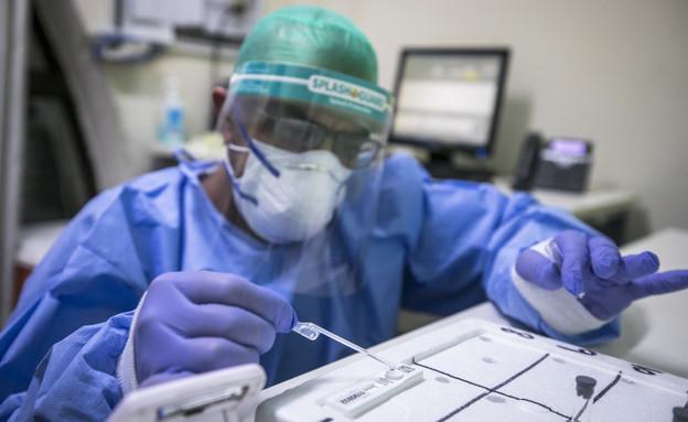 בדיקת קורונה (צילום: אוליבר פיסוטי, פלאש 90)