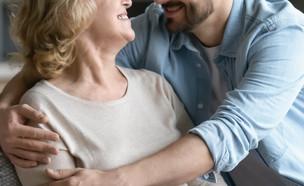 אישה מבוגרת וגבר צעיר (צילום: shutterstock | fizkes)